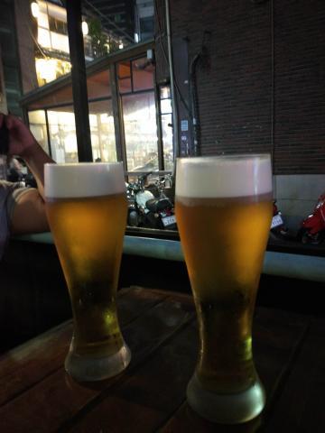홍대에서 친구랑 맥주 마시던 사진