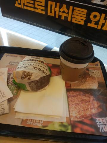 햄버거에 커피가 잘 어울리네요 처음 먹어봄
