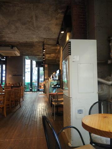 홍대 커피스미스 매장이 크고 세련된 카페